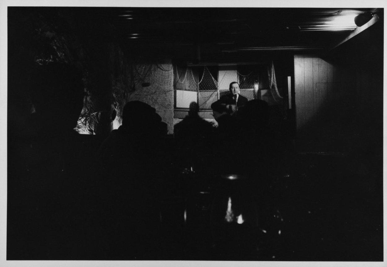 Raymond Lévesque à La Butte à Mathieu dans les années 1990 (Archives BAnQ, Crédit photo : Antoine Désilets)