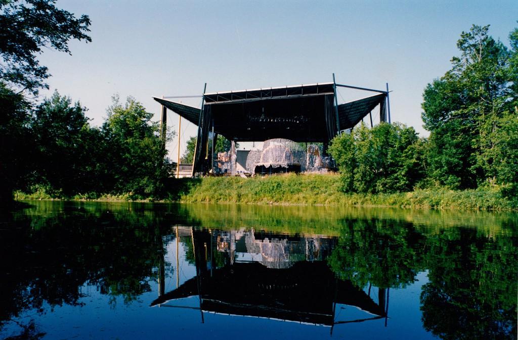 L'enceinte du Théâtre de la Dame de Cœur vu de l'eau. Crédit photo : archives du Théâtre de la Dame de Cœur.