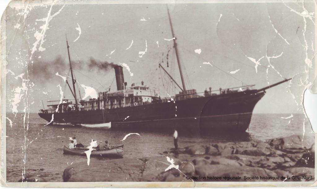 [Le S.S. North Shore échoué aux Îlets Caribou, 1933. Collection histoire régionale, Société historique de la Côte-Nord.]