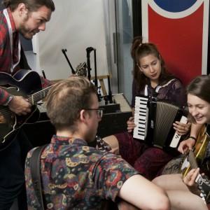 Dans la loge avant leur performance : Étienne, Simon, Rose Bouche, Lou-Adriane
