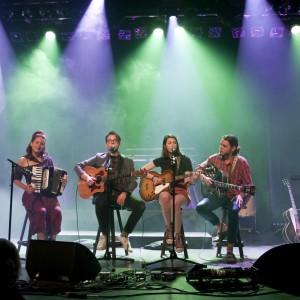 Rose Bouche, Simon Daniel, Lou-Adriane Cassidy et Étienne Fletcher qui interprètent Les plants de fraise, une chanson écrite par les Sœurs Boulay pour Lou-Adriane.