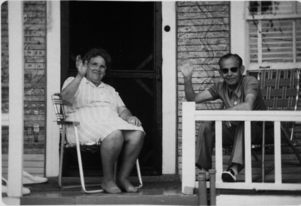 Le couple Morin-Villeneuve vers 1970 sur le balcon de leur maison-musée. Photo : source inconnue Succession de l'artiste