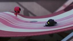 Ladybug affronte Mme Mendeleiev, devenue Chasseuse de Kwamis.'