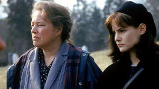 La touchante œuvre de Stephen King mettant en vedette Kathy Bates et Jennifer Jason Leigh
